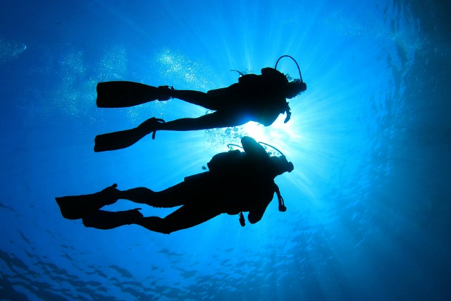 scuba diving couple in Bonaire